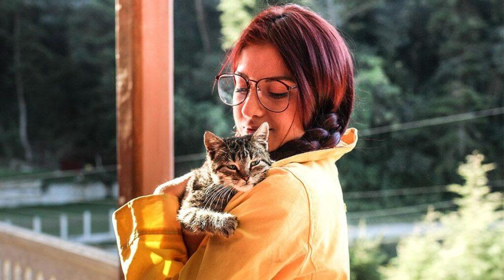 A woman hugging her cat for mental health.
